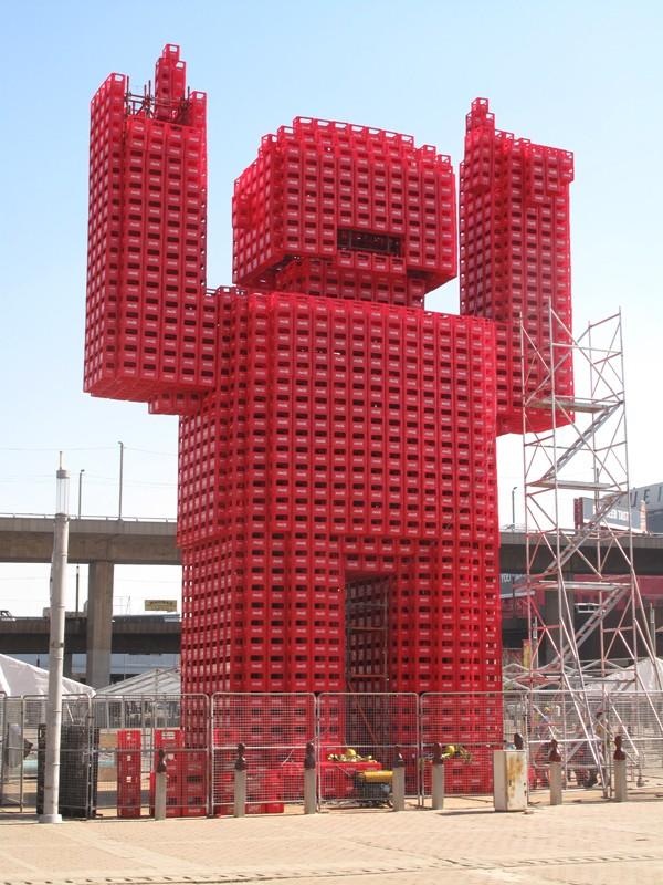 Une statue avec des caisses de Coca-Cola