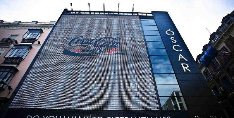 Un panneau publicitaire réalisé avec 15 000 bouteilles pour les 25 ans de Coca Cola Light en Espagne