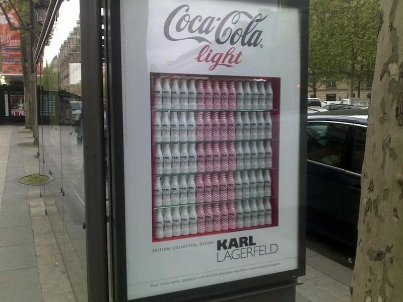Des vraies bouteilles de Coca-Cola Light par Lagerfeld en guise de panneau publicitaire !