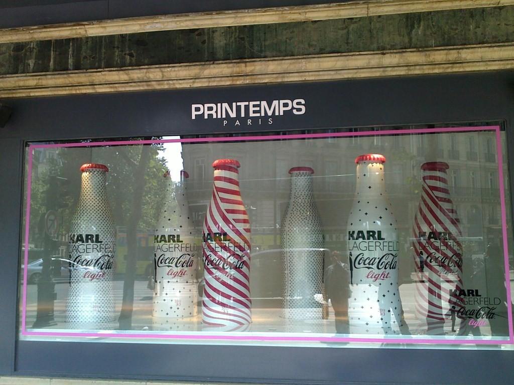 Les bouteilles Coca-Cola Light Lagerfeld s'affichent au Printemps