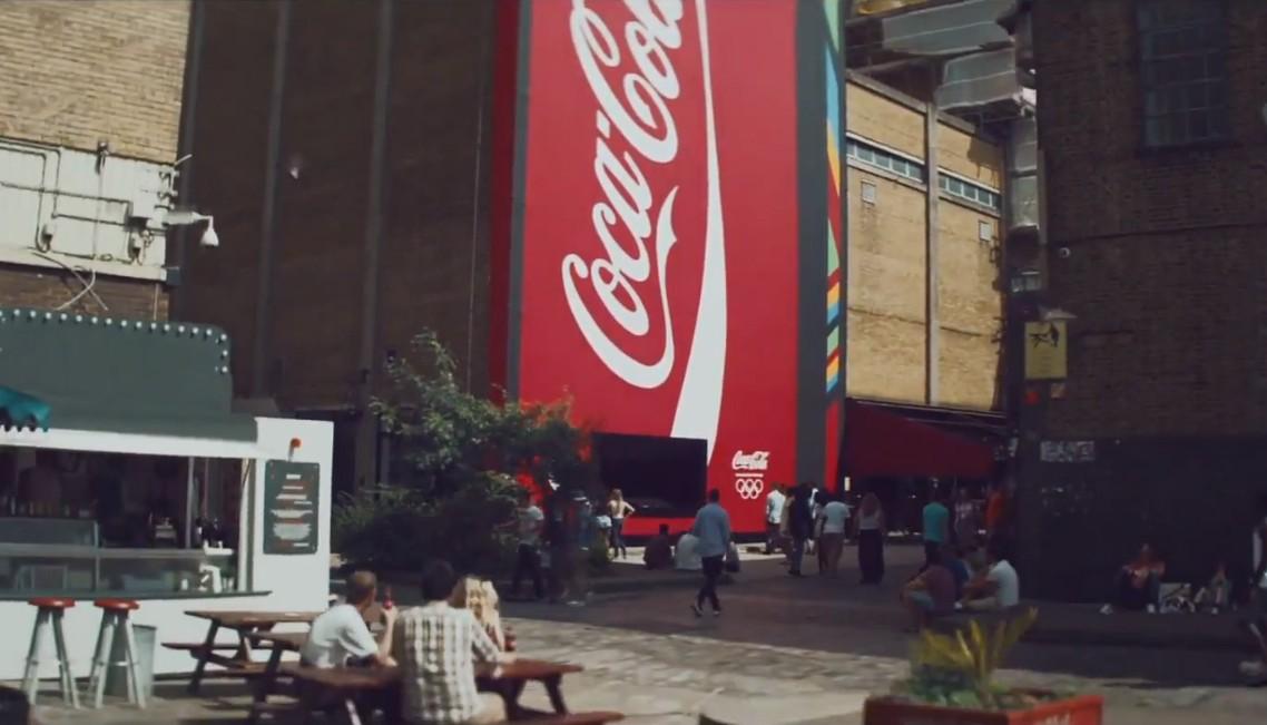 Un distributeur géant de Coca-Cola à Londres