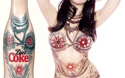 Jean-Paul Gaultier habille un mannequin aux couleurs de la bouteille Coca-Cola Light Tatoo