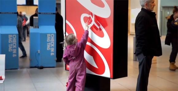 Coca-Cola accueilles les voyageurs au Danemark à travers le drapeau national