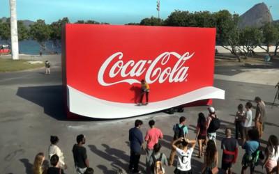 Le ruban Coca-Cola transformé en rampe de skate