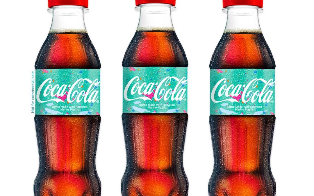 Coca-Cola présente une bouteille fabriquée à partir de déchets plastiques marins
